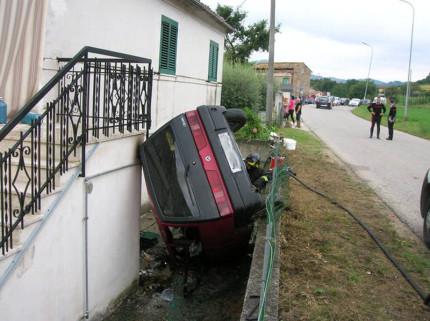 Incidente a Falerone: auto ribaltata e incendiata