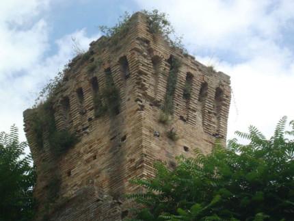 Situazioni di degrado e abbandono nelle mura di Fermo