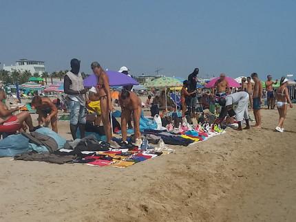 Commercianti di merce contraffatta sulla spiaggia di Lido di Fermo