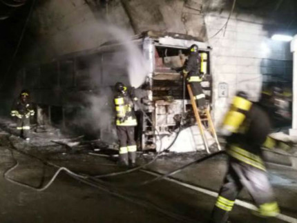 Il pullman incendiato nel tunnel del Gran Sasso