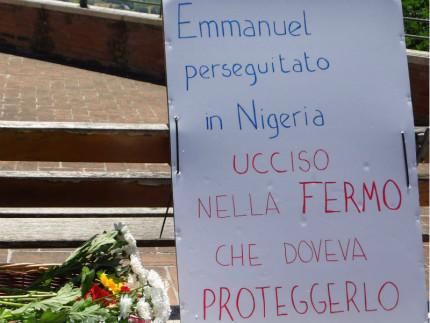 Messaggi e fiori a Fermo dove è stato ucciso Emmanuel Chidi Namdi