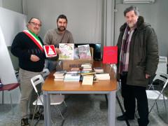 Donazione di libri ad Arquata del Tronto. da sinistra: il sindaco Aleandro Petrucci, il fotografo Giovanni Marrozzini e il vice preside dell'Istituto scolastico comprensivo, Mauro Sabatini