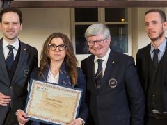 La fermana Silvia Marilungo mentre riceve il diploma del Master Sommelier ALMA-AIS