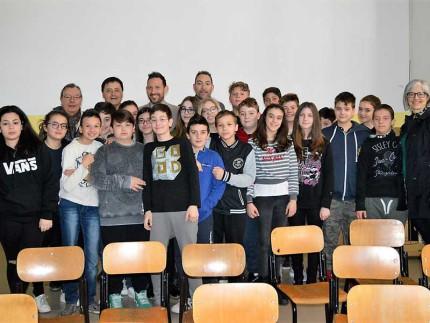 Progetto contro bullismo: foto di gruppo con gli studenti della II B dell'I.C. Sant'Elpidio a Mare