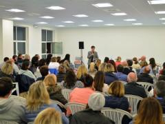 Agostino Basile parla di fronte al pubblico di Casette d'Ete