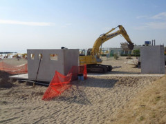Installazione docce in spiagga a Casabianca di Fermo