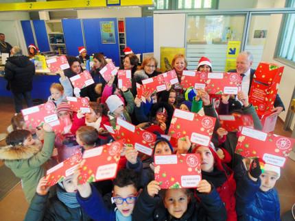 Servigliano, i bimbi della scuola primaria imbucano le loro letterine all'ufficio postale