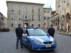 Polizia in piazza del Popolo a Fermo
