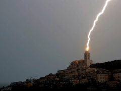 Un fulmine colpisce il campanile del Duomo di Fermo - Foto di Lorenzo Gardone