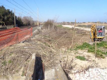 Lavori su strada parallela a ferrovia a Marina Palmense di Fermo