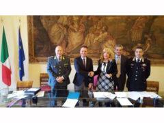 Stretta di mano tra Loira e Filippi al termine del Comitato Provinciale di Fermo per l'Ordine e la Sicurezza Pubblica