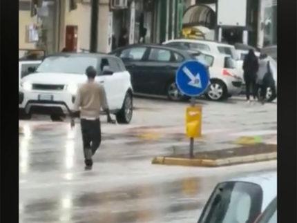Migrante in strada a Fermo armato di roncola